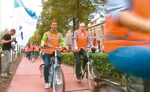 荷兰启用全球首条塑料自行车道